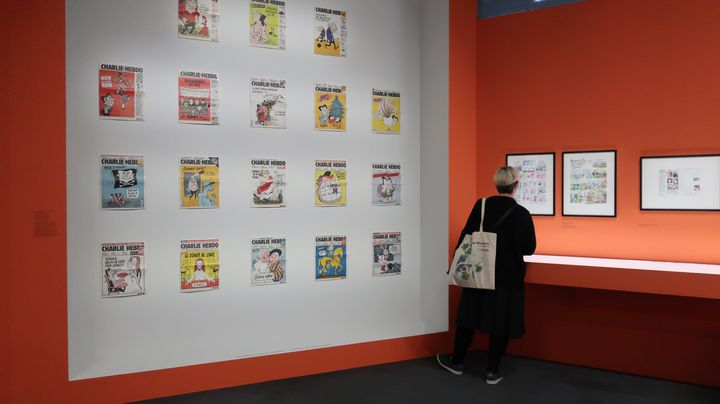 """Les unes de Charlie Hebdo dessinées par Catherine Meurisse, exposée dans l'exposition """"Catherine Meurisse- La vie en dessin"""", 29 septembre 2020 (Laurence Houot / FRANCEINFO Culture)"""