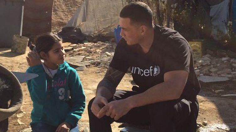 Le rugbyman néo-zélandais, Sonny Bill Williams, lors de la visite d'un camp de réfugiés syriens au Liban début décembre 2015. ( Unicef)