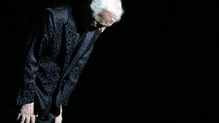 Charles Azanavour, disparu à 94 ans, le 1er octobre, a reçu un hommage national aux Invalides vendredi 5 octobre. Ici, sur scène au 45e festival de Carthage en Tunisie, le 21 juillet 2009 (MAXPPP)