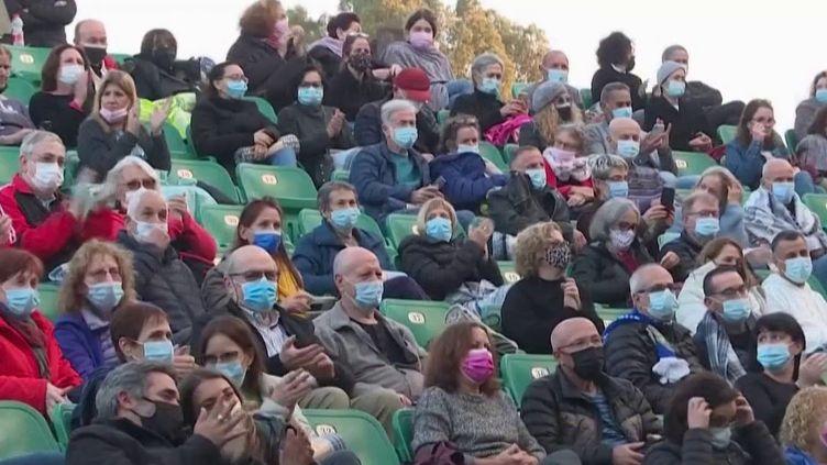 En Israël ou en Espagne, où la campagne de vaccination contre le Covid-19 s'est accélérée, certains événements ont de nouveau lieu. Il est possible d'assister à un concert ou une pièce de théâtre si on présente un passeport vaccinal. (France 2)