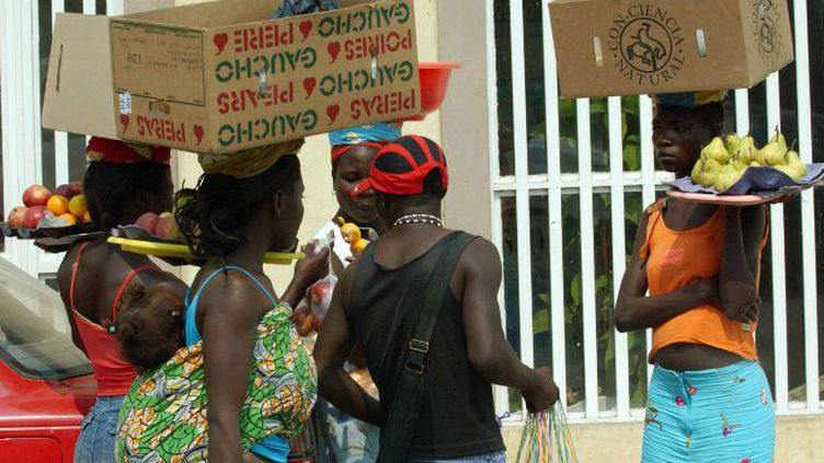 Des vendeuses avec leurs marchandises sur la tête à Luanda, en Angola, le 20 juillet 2005. (DPA/Wolfgang Langenstrassen)