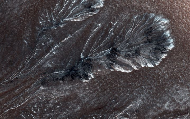Du givre sur la surface de Mars, photographié par la caméra HiRISEde la sonde spatiale Mars Reconnaissance Orbiter,le 11 avril 2015. (NASA / REUTERS)