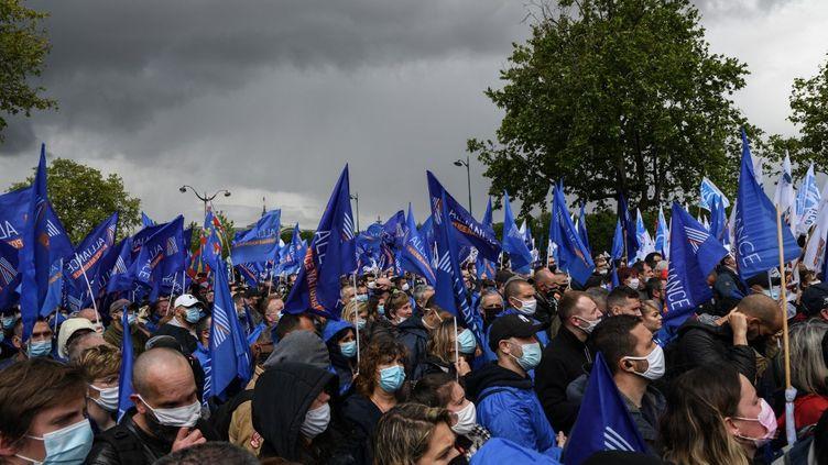 Des policiers manifestent à Paris, devant l'Assemblée nationale, le 19 mai 2021. (ANTONI LALLICAN / HANS LUCAS / AFP)