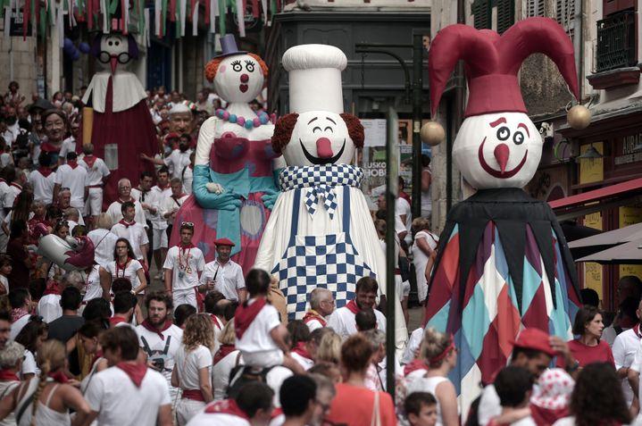 """Le défilé des """"géants"""" accompagnés des gaiteros aux fêtes de Bayonne le 25 juillet 2019. (IROZ GAIZKA / AFP)"""