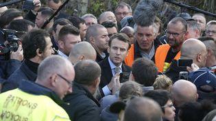Emmanuel Macron, le candidat d'En marche ! discutent avecles salariés de l'usine Whirlpool à Amiens (Somme), le 26 avril 2017. (THIBAULT CAMUS / AP / SIPA)
