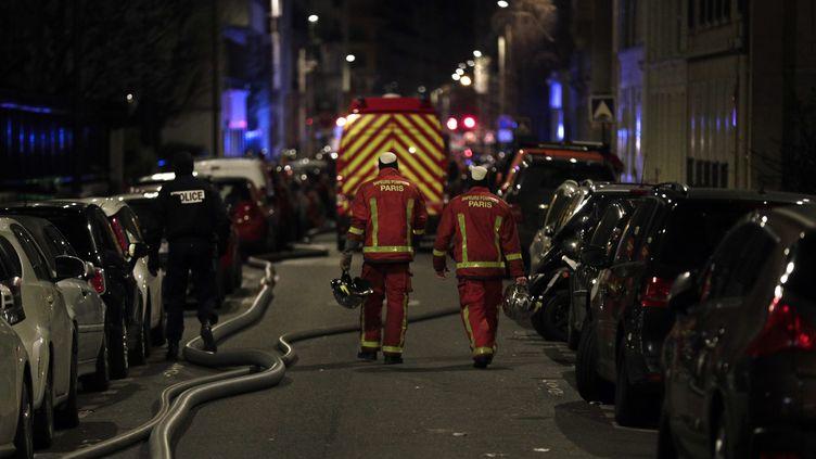 Des pompiers interviennent sur le lieu d'un incendie meurtrier à Paris, le 5 février 2019. (GEOFFROY VAN DER HASSELT / AFP)