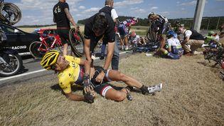 Le Suisse Fabian Cancellara tente de se relever après une chute sur la troisième étape du Tour de France, le 6 juillet 2015, en Belgique. (ERIC GAILLARD / REUTERS)