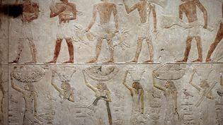 Antiquite egyptienne : des hommes portant des canards. Relief de calcaire provenant de la Chapelle du Mastaba d'Akhethetep a Saqqara. 5eme dynastie (vers 2500-2350 avant JC) 2300 avant JC. Paris, musee du Louvre. (PHOTO JOSSE)