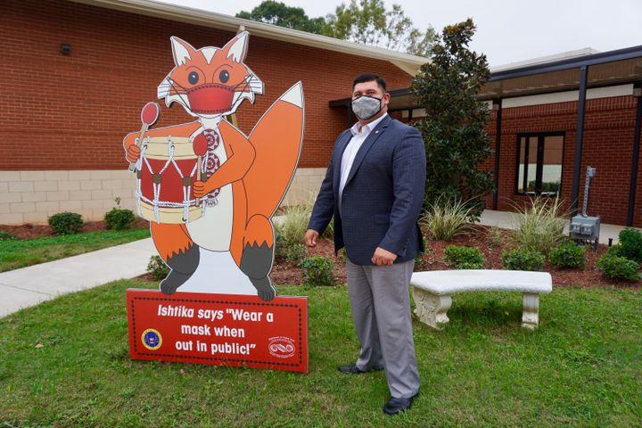 Le chef Cyrus Ben a fait installer des panneaux représentant les animaux importants dans la culture choctawpour rappeler les règles sanitaires. (MARIE-VIOLETTE BERNARD / FRANCEINFO)