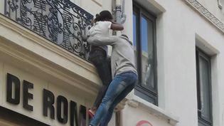Une mère de famille secourue par un passant alors que son immeuble est en feu, à Marseille (Bouches-du-Rhône). (FRANCE 3)