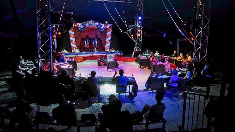 Le maire de Luynes (Indre-et-Loire),Bertrand Ritouret, lors de sa réélectionsous un chapiteau de cirque, le 26 mai 2020. (GUILLAUME SOUVANT / AFP)