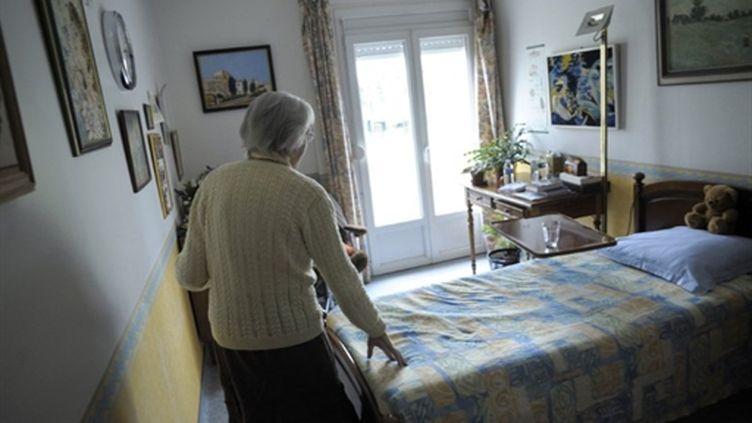 Un femme souffrant d'Alzheimer dans sa chambre  d'une maison de retraite, à Angervilliers,le 18/3/11 (AFP/Sébastien BOZON)