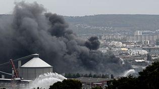 Un nuage de fumée s'échappe de l'usine Lubrizol, à Rouen (Seine-Maritime), le 26 septembre 2019. (PHILIPPE LOPEZ / AFP)