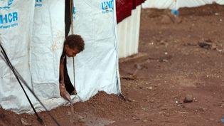 Un enfant dans un camp de réfugiés dans la province de Taiz, au Yémen, le 9 octobre 2021. (AHMAD AL-BASHA / AFP)