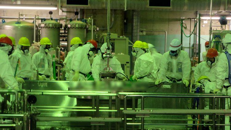 Photo d'ouvriers dans la centrale nucléaire de Fukushima (Japon), publiée par Tepco, le 22 novembre 2013. (TEPCO / AFP)