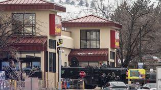 Lapolice utilise un véhicule blindé pour casser les murs et pénétrer dans l'enceinte du magasin de la ville de Boulder (Etats-Unis) où la tuerie s'est déroulée, le 22 mars 2021. (CHET STRANGE / GETTY IMAGES NORTH AMERICA / AFP)