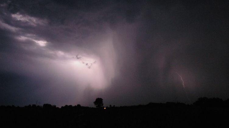 Un ciel orageux dans l'Hérault (photo d'illustration). (R?GIS DOMERGUE / BIOSPHOTO / AFP)