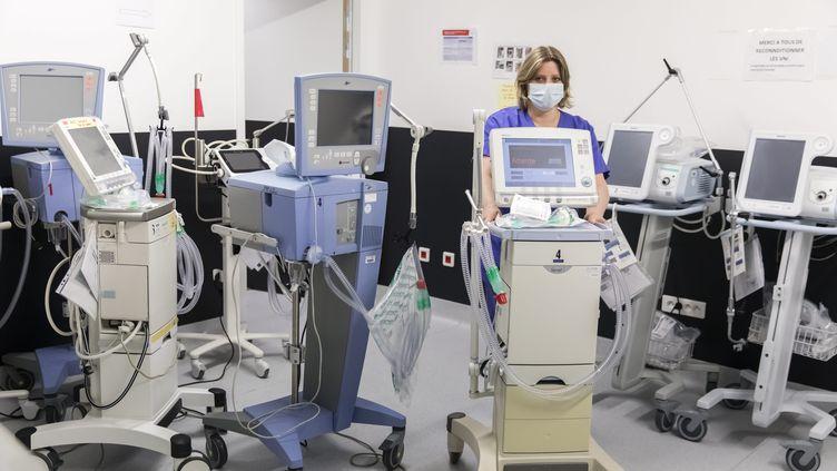 Des respirateurs artificiels au centre hospitalier Métropole Savoie, à Chambéry (Savoie), le 26 mars 2020. (VINCENT ISORE / MAXPPP)