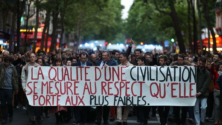 """Plusieurs centaines de personnes ont défilé à Paris du ministère de la Santé vers l'Elysée, lundi 20 mai, pour réclamer une""""grâce présidentielle""""pour le tétraplégique Vincent Lambert. (KENZO TRIBOUILLARD / AFP)"""