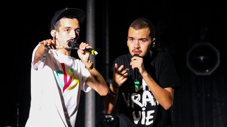 Les rapeurs Bigflo & Oli lors d'un concert à Marseille (Bouches-du-Rhône), le 20 octobre 2017. (JULIE GAZZOTI / CROWDSPARK / AFP)