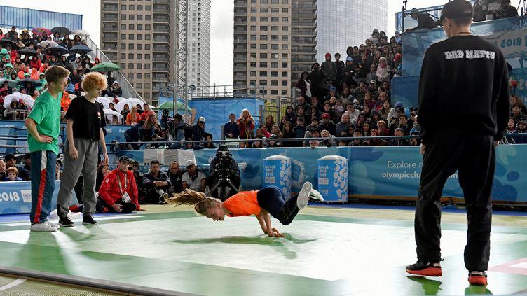 Une candidatelors des demi-finales de l'épreuve de breakdance des Jeux olympiques de la jeunesse à Buenos-Aires (Argentine), le 11 octobre 2018. (FABIAN RAMELLA / AFP)
