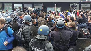 Les manifestants anti-migrants font face aux CRS à Calais (Pas-de-Calais), le 6 février 2016. (LOUIS SAN / FRANCETV INFO)