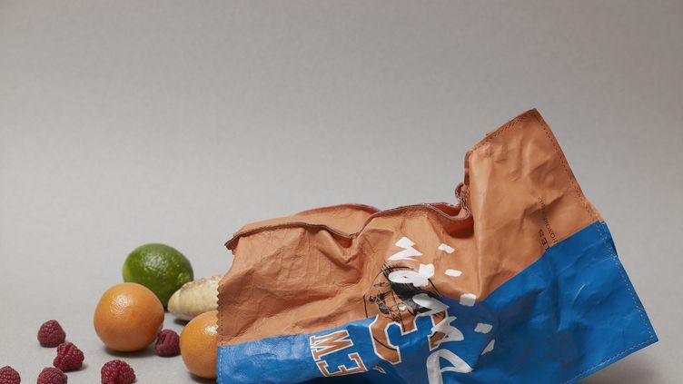 Sac de la collection Fake de Duren inspiré d'une maison de luxe française et d'une équipe de basketball, dont le seul point commun est la couleur orange. Ce modèle se veut le symbole du choc des cultures (DUREN)