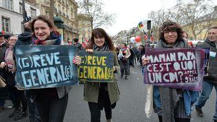Des étudiants manifestent contre la loi Travail, le 9 avril 2016 à Paris. (MIGUEL MEDINA / AFP)