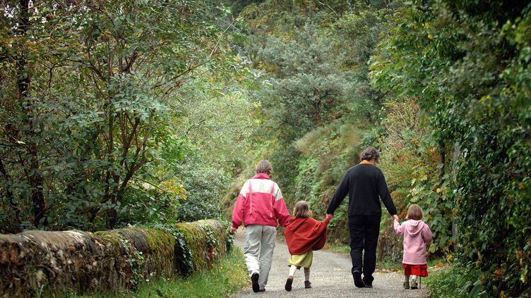 Un couple homosexuel français avec leurs deux enfants en Ardèche en octobre 2005 (JEAN-PHILIPPE KSIAZEK / AFP)