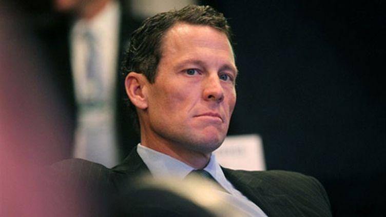 L'Américain Lance Armstrong fait face aux accusations de dopage de son ex-coéquipier Floyd Landis.