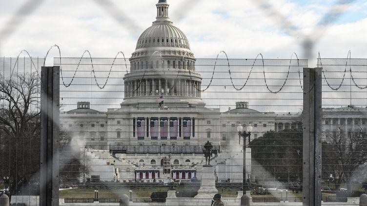 Le 19 janvier 2021, le Capitole à Washington (Etats-Unis) est placé sous haute surveillance aprèsune attaquequelques jours plus tôt. (STEPHANIE KEITH / GETTY IMAGES NORTH AMERICA / AFP)
