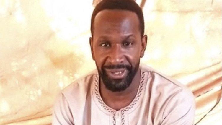 Une capture d'écran d'une vidéo de propagande circulant sur les réseaux sociaux, montrant le journaliste français Olivier Dubois déclarant qu'il a été kidnappé au Mali. (SOCIAL MEDIA / AFP)