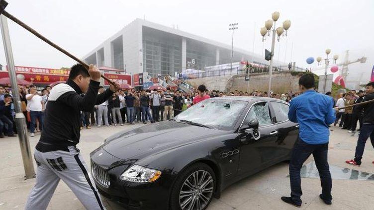 Destruction en public d'une Maserati (Stringer/China/Reuters)