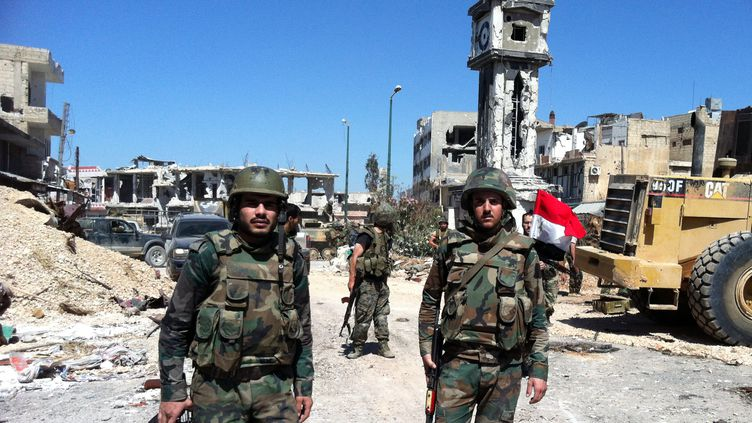 Des soldats fidèles au régime syrien dans les rues de Qousseir(Syrie), après sa prise par l'armée, le 5 juin 2013. (AFP  )