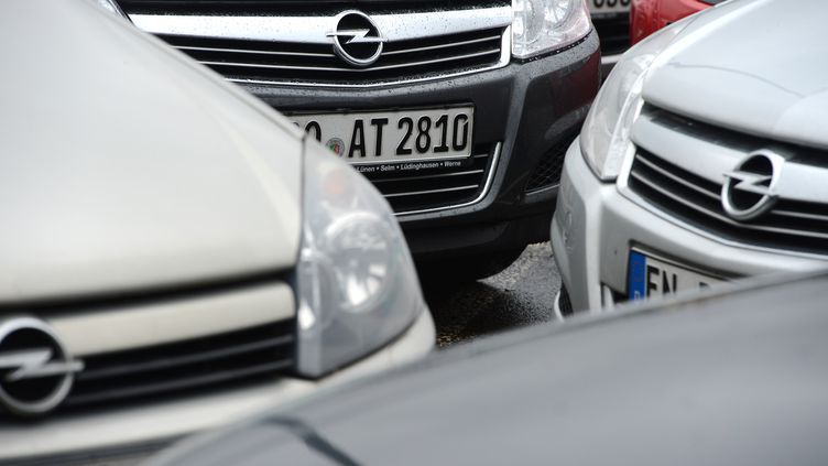 Des voitures Opelà Bochum (Allemagne) le 10 décembre 2012. Lamarque automobile est une des rares à progresser. (PATRIK STOLLARZ / AFP)