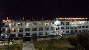 Un navire de croisière mis en quarantaine à Louxor (Egypte), le 7 mars 2020. (AFP)
