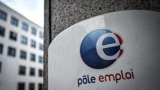 Le logo d'une agence Pôle emploi de Paris, le 29 janvier 2021 (illustration). (STEPHANE DE SAKUTIN / AFP)