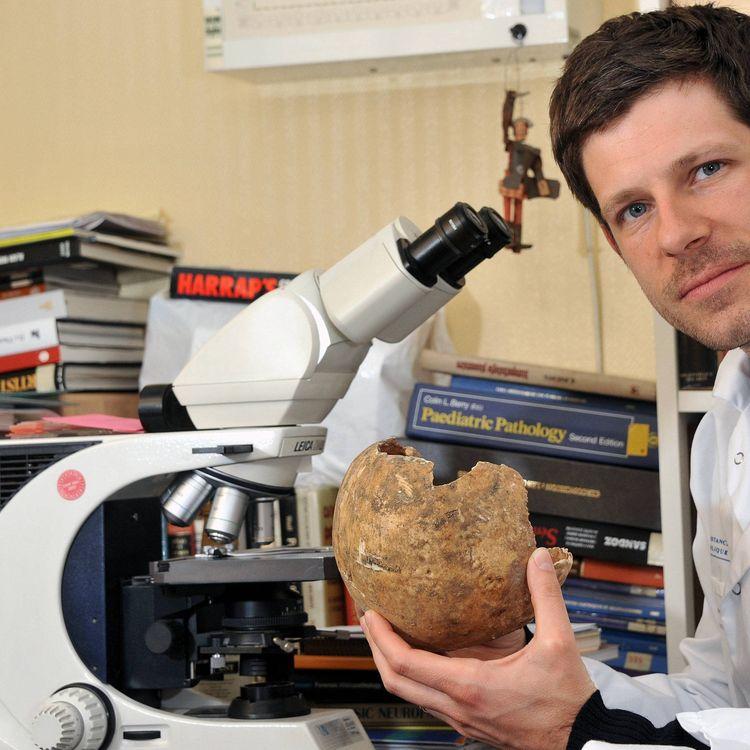 Philippe Charlier, médecin légiste, anatomopathologiste et paléopathologiste, en 2012 à Paris (France). (DANIEL FOURAY / MAXPPP)