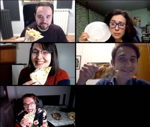 En plein confinement total, des Italiens partagent une pizza sur Skype. (ROBERTO CIGHETTI)