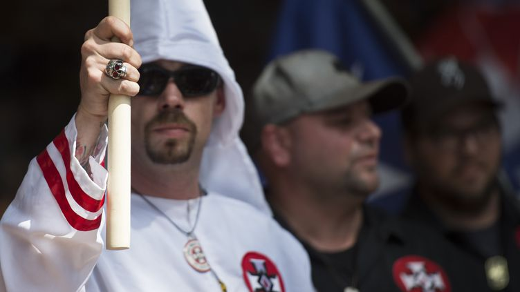 Des membres du Ku Klux Klan à Charlottesville (Virginie, Etats-Unis), le 8 juillet 2017. (ANDREW CABALLERO-REYNOLDS / AFP)