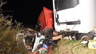 Unminibus percuté par un poids lourd sur la nationale 79, entre Moulins et Montbeugny (Allier),dans la nuit du 24 au25 mars 2016. (MAXPPP)