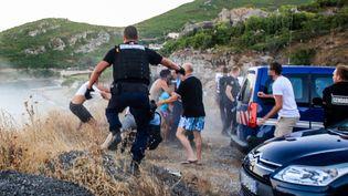 Des gendarmes interviennent lors de la rixe de Sisco, le 13 août 2016, en Haute-Corse. (MAXPPP)