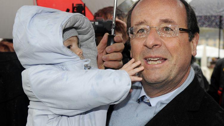 François Hollande au marché de Tulle (Corrèze), le 21 avril 2012. (JEAN-PIERRE MULLER / AFP)