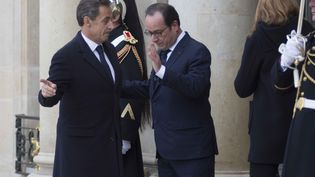 François Hollande et Nicolas Sarkozy sur le perron de l'Elysée juste avant la marche républicaine, le 11 janvier 2015. (GEOFFROY VAN DER HASSELT / ANADOLU AGENCY / AFP)
