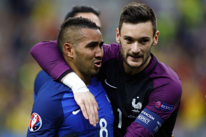 Hugo Lloris prendDimitri Payet dans ses bras, le 10 juin 2016, après la victoire de la France contre la Roumanie (2-1), au Stade de France. (MEHDI TAAMALLAH / NURPHOTO / AFP)