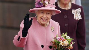 La reine Elizabeth II arrivant àla cérémonie d'ouverture de la Senedd, le Parlement gallois, à Cardiff, le 14 octobre 2021. (JACOB KING / AFP)