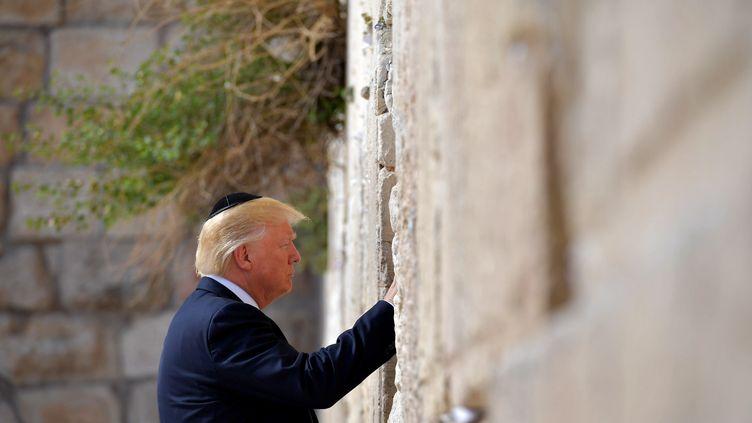 Le président américain Donald Trump se recueille devant le mur des Lamentations, à Jérusalem, le 22 mai 2017. (MANDEL NGAN / AFP)