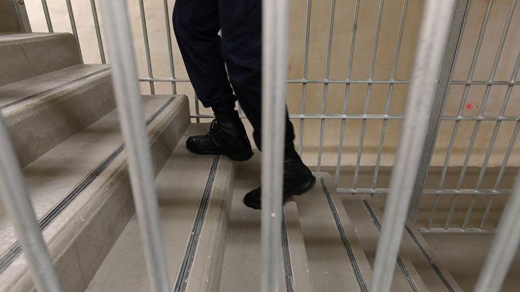 Un gardien de prison monte un escalier à la prison de la Santé, à Paris, le 24 juin 2019. (DOMINIQUE FAGET / AFP)