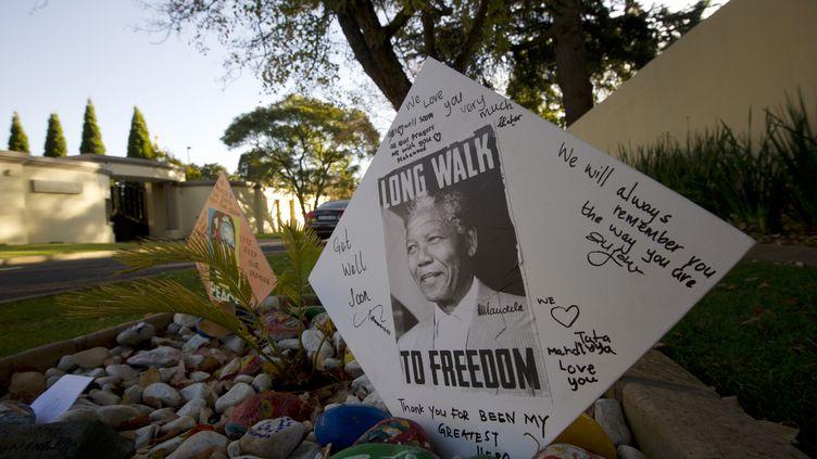 Des messages de soutien à Nelson Mandela, ex-président sud-africain,déposés devant sa maison àJohannesburg (Afrique du Sud), le 9 juin 2013. (ALEXANDER JOE / AFP)