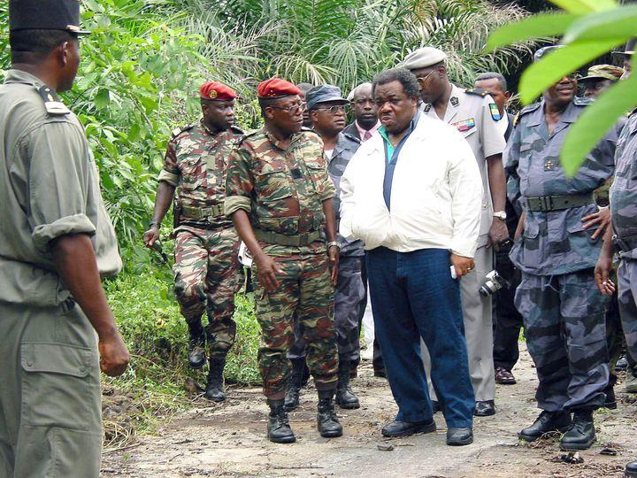 Ali Bongo, alors ministre de la Défense, durant une visite à l'île de Mbanié (Gabon), le 13 mars 2003. (WILFRIED MBINAH / AFPI/L'UNION)